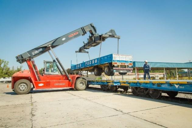 Resultado de imagen para El proyecto para recuperar el tren al sur provincial contempla vagones para cargar camiones